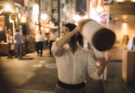 夜遊びする女性
