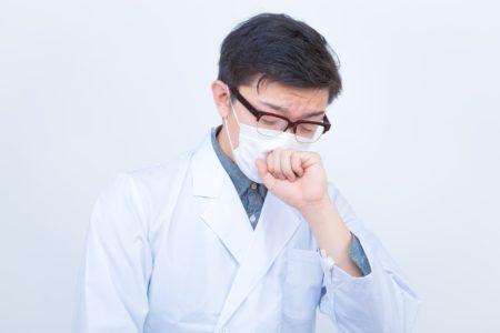 こんこんと咳をする医師
